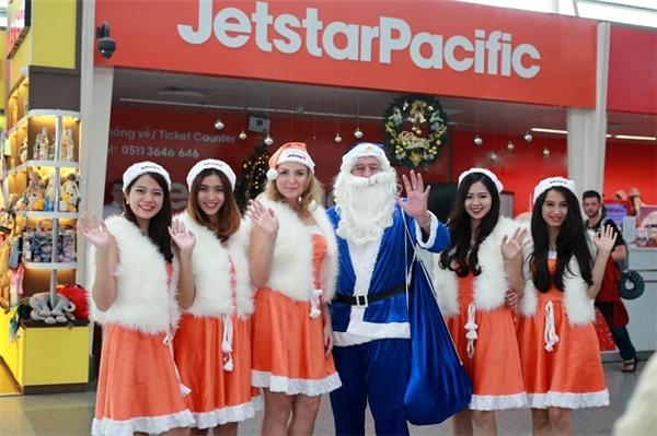 Chùm ảnh của Ông già Noel trên chuyến bay đến ba miền đất nước
