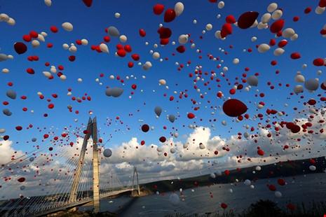Hàng ngàn quả bóng bay màu đỏ và trắng được thảtrong lễ khánh thành cầu Yavuz Sultan Selim. Đây là cây cầu thứ ba nối liền châu Âu và châu Á tại thành phốIstanbul, Thổ Nhĩ Kỳ vàongày 26/8/2016. (Ảnh: internet)