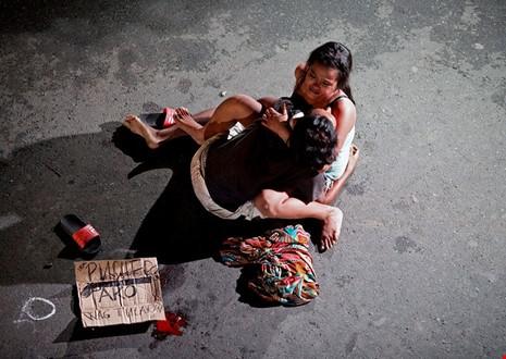 Jennilyn Olayres ôm xác chồng bị bắn chết trong cuộc truy quéttội phạm ma túy của chính phủPhilippines. (Ảnh: internet)