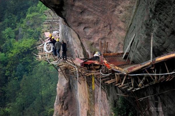 Làm công việc kỹ sư, xây dựng trên các vách núi chẳng khác nào đùa giỡn với tử thần.