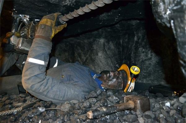 Lăn lộn trong các hầm mỏ cũng là từng phút từng giây đối mặt với nguy cơ mất mạng bất cứ lúc nào.