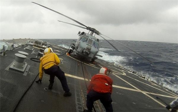 Làm việc trên tàu thủy đã nguy hiểm rồi, đằng này đây lại là một tàu sân bay nơi những chiếc trực thăng liên tục cất cánh và hạ cánh khiến những công nhân ở đây phải có thần kinh thép mới chống chọi được.