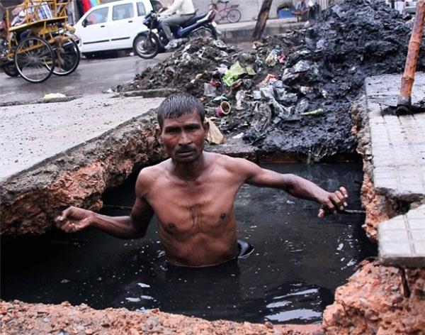 Các công nhân làm việc dọn dẹp cống rãnh ở Ấn Độ thậm chí còn không có được quần áo bảo hộ đúng chuẩn an toàn lao động.