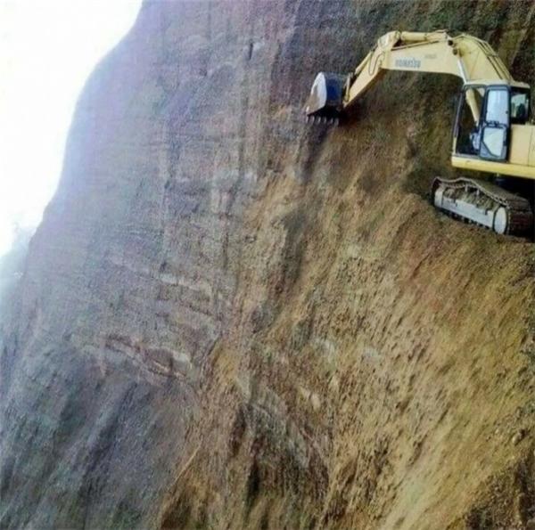 Lái máy xúc trên vách đá cheo leo thế này, liệu bạn có đủ bản lĩnh để thực hiện?