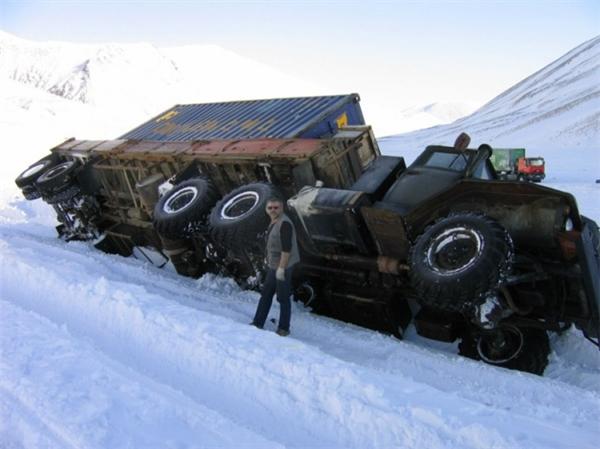 Các tài xế xe tải đường dài nếu lỡ gặp trời tuyết thế này thì rất dễ bị trượt bánh, dẫn đến những hậu quả vô cùng đáng tiếc.