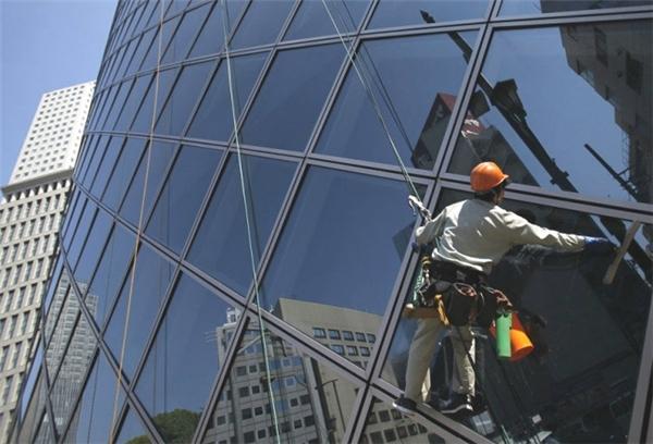 Lau dọn cửa kính của các tòa nhà chọc trời cũng là một công việc mà bạn phải liên tục... đánh đu với tử thần.