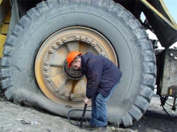 Để máy xúc hoạt động trơn tru thì nó cũng cần được bảo trì thường xuyên, và những người đàn ông này đang làm công việc đó.