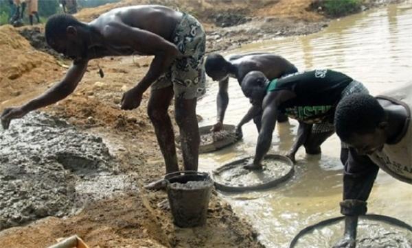 """Bạn từng nghe đến khái niệm """"kim cương máu""""? Thực trạng khai thác kim cương ở châu Phi là như thế này đây."""
