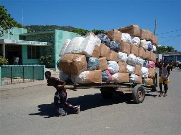 Các công nhân vận chuyển ở Haiti phải nhận một khối lượng công việc tưởng như quá sức người thế này, và họ chỉ có chính bản thân mình để dựa vào mà thôi.