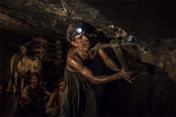Còn đây là các công nhân khai thác mỏ than ở Pakistan, một công việc không có tuổi thọ lâu dài vì lý do sức khỏe, thậm chí còn để lại hậu quả lâu dài không chỉ cho người làm việc mà còn cho cả gia đình họ.