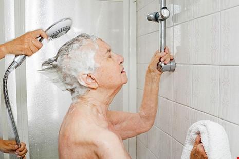 Chiara Micheletti tắm cho mẹ mình là bà Marisa. Bà Marisabị ung thư gan quái ác không thể chữa khỏi. (Ảnh: internet)