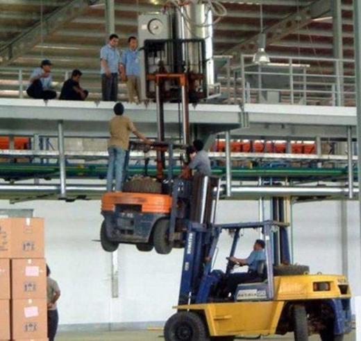 Máy nâng hàng có nhiều kích cỡ là để làm những việc như thế này đây.
