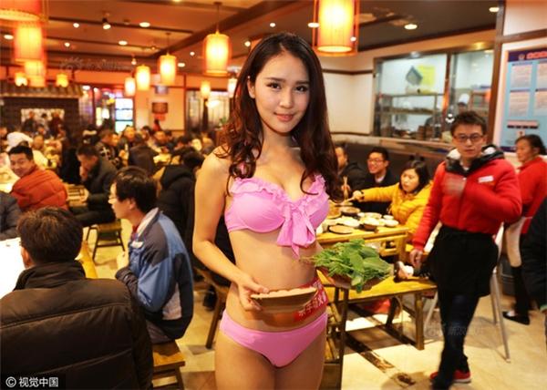 Quán lẩu nóng bỏng mắt với dàn tiếp viên diện bikini