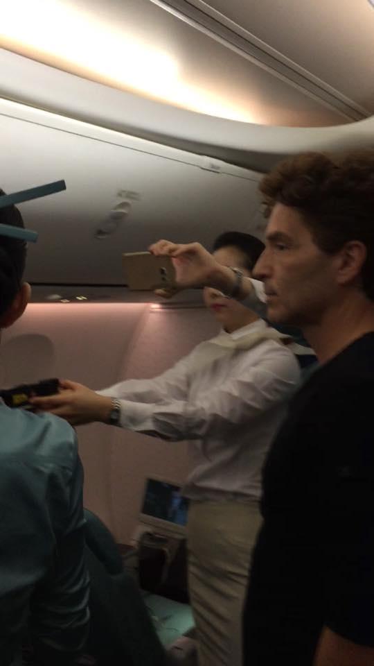 Danh ca Richard Marx cùng một vài nam hành khách hỗ trợ cho phi hành đoàn.(Ảnh: Richard Marx)