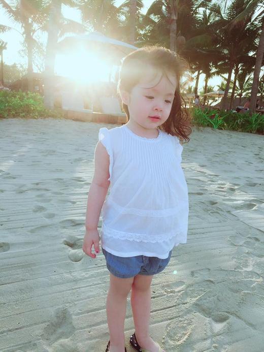Là công chúa của mẹ Elly Trần và bố người Tây nên Cadie sở hữu nét đẹp đáng yêu khó tả.