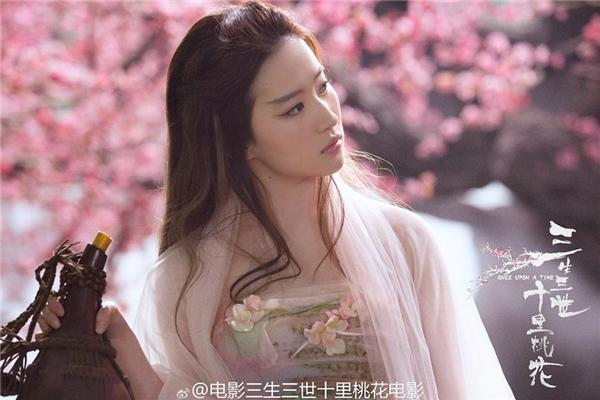Trong vai thượng thần Bạch Thiển, đệ nhất nhan sắc của Tứ Hải Bát Hoang, Lưu Diệc Phi đẹp mê hồn khiếnai ai cũng phải rung động.