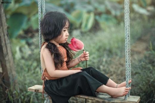 Nhiếp ảnh gia cho biết ê-kíp không mất quá nhiều thời gian cho việc hướng dẫn bé San diễn xuất.