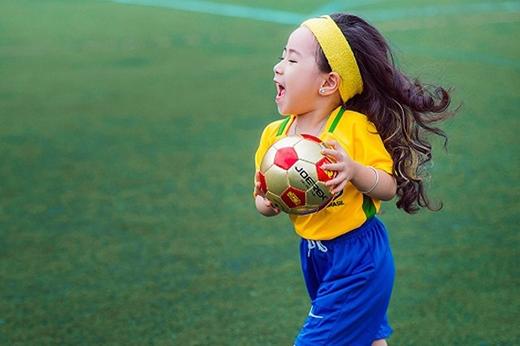 Cô bé đáng yêu trong màu áo của đội tuyển Brazil.