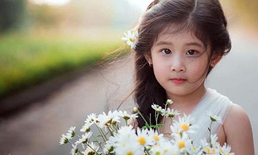 Bộ ảnh được cộng đồng mạng chia sẻ rất mạnh mẽ vị độ đáng yêu của cô bé.