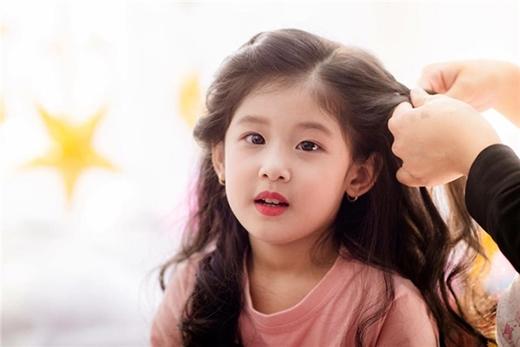Phương Thảo là một cô bé nhí nhảnh, hoạt bát và dễ thương.