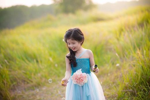 Cô bé dịu dàng và nụ cười ngọt ngào: Mỹ nhân tương lai đây rồi.
