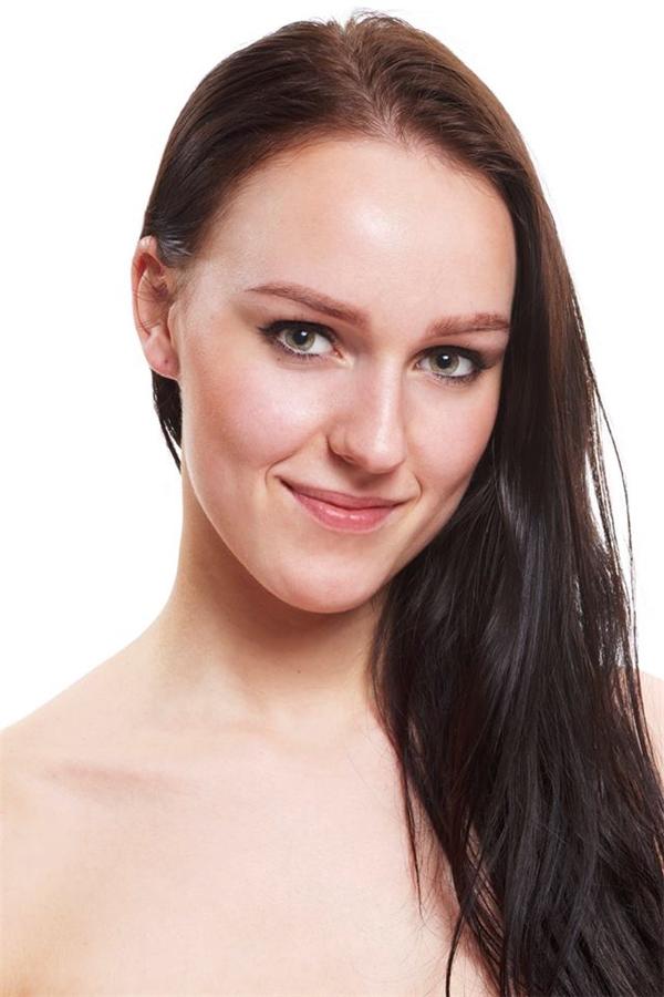Kaidi Türk đại diện cho Estonia có vẻ ngoài già dặn hơn tuổi 21 rất nhiều. Vòng eo của cô lên đến 71cm.