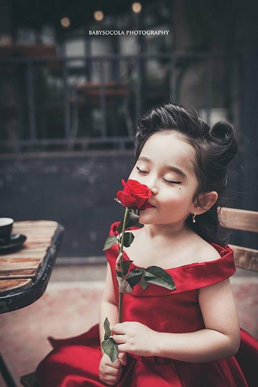 Một mỹ nhân quyến rũ tương lai trong thân hình của cô gái nhỏ.