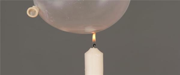 Sau đó đặt quả bóng lên phía trên ngọn lửa, bạn sẽ nhận thấy rằng nó sẽ không nổ. Thậm chí khi lửa đã liếm vào quả bóng và bạn tiếp tục đốt nó một lúc lâu, nó cũng sẽ không nổ.
