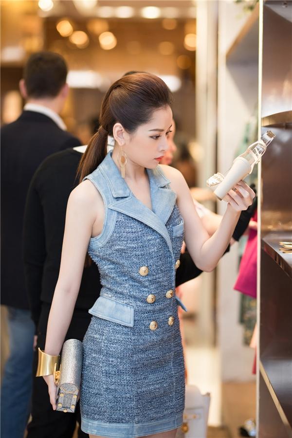 Tại sự kiện, Chi Pu vô cùng thích thú với những bộ trang phục thiết kế tinh xảo từ những nhà mốt lừng danh thế giới. - Tin sao Viet - Tin tuc sao Viet - Scandal sao Viet - Tin tuc cua Sao - Tin cua Sao