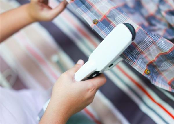 Nếu bạn không có bàn ủi mà đang cần loại bỏ nếp nhăn nhỏ ở phần cổ áo hay giữa các hàng nút, hãy sử dụng một chiếc máy là tóc để thay thế. Công dụng sẽ không khác biệt mấy mà lại nhanh chóng.