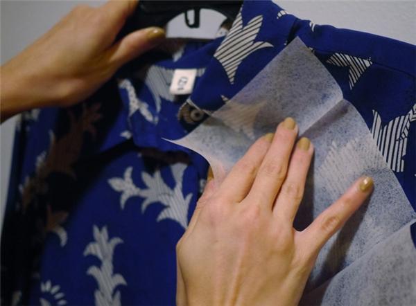 Để loại bỏ tĩnh điện cho quần áo, chỉ cần dùng một tờ giấy thấm khô (dryer sheet) chà lên mặt vải là xong.