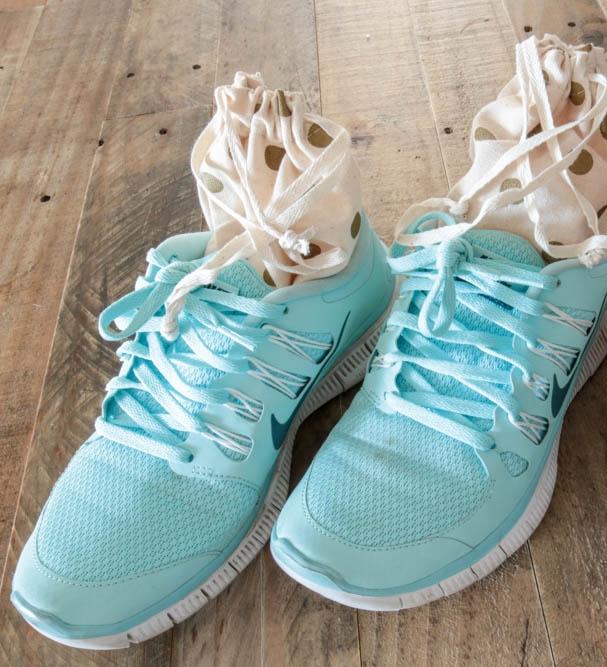 Để khử mùi hôi cho giày thể thao, bạn chỉ cần cho baking soda vào các túi nhỏ rồi đặt vào trong giày, để qua đêm. Baking soda sẽ hút hết hơi ẩm và mùi hôi khó chịu bên trong giày.