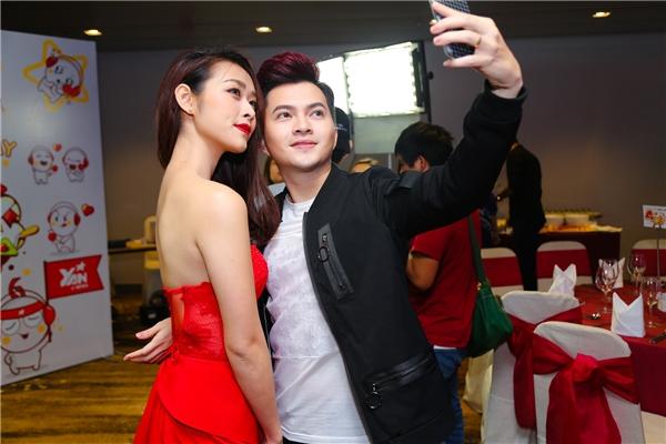 Bộ đôi nghệ sĩ hào hứng chụp ảnh selfie cùng nhau. - Tin sao Viet - Tin tuc sao Viet - Scandal sao Viet - Tin tuc cua Sao - Tin cua Sao