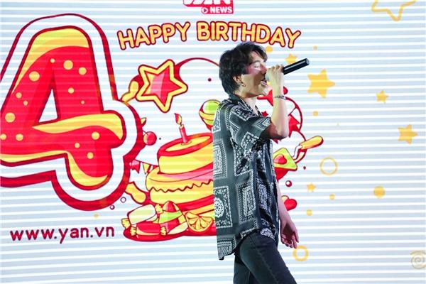 Nhạc sĩ Châu Đăng Khoa mang đến không khí sôi động cho buổi tiệc sinh nhật với tiết mục ca nhạc mở màn chương trình. - Tin sao Viet - Tin tuc sao Viet - Scandal sao Viet - Tin tuc cua Sao - Tin cua Sao
