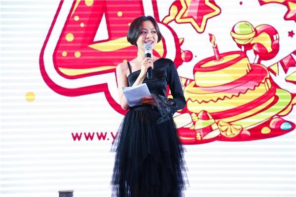 VJ Tuyền Tăng đảm nhận vai trò MC cho buổi tiệc. - Tin sao Viet - Tin tuc sao Viet - Scandal sao Viet - Tin tuc cua Sao - Tin cua Sao
