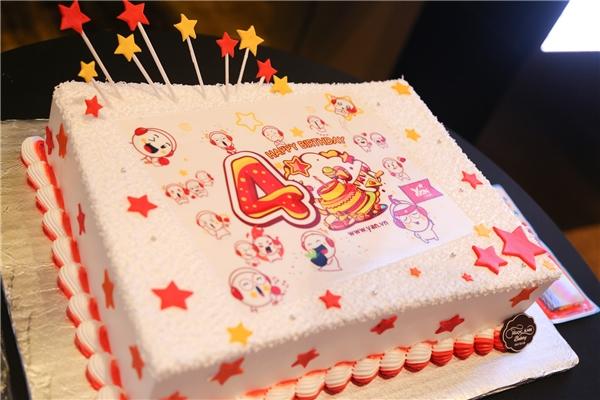 Chiếc bánh sinh nhật được trang trí khá dễ thương và ấn tượng mừng ngày sinh nhật 4 tuổi của YAN News. - Tin sao Viet - Tin tuc sao Viet - Scandal sao Viet - Tin tuc cua Sao - Tin cua Sao
