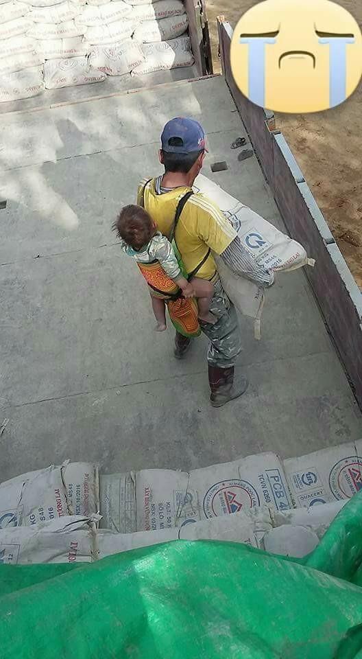 Rơi nước mắt trước cảnh cha địu con đi bốc vác kiếm tiền mua sữa