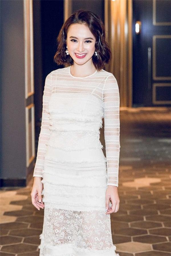 Từ khi kết hợp với Hoàng Ku, nữ diễn viên lại rẽ hướng trên thảm đỏ. Dù chọn những trang phục có phần đơn giản hơn nhưng Phương Trinh vẫn ngọt ngào, thanh thoát và nổi bật đến khó thể rời mắt. Sự tươi trẻ của cô nàng cũng phù hợp với độ tuổi đôi mươi hơn.