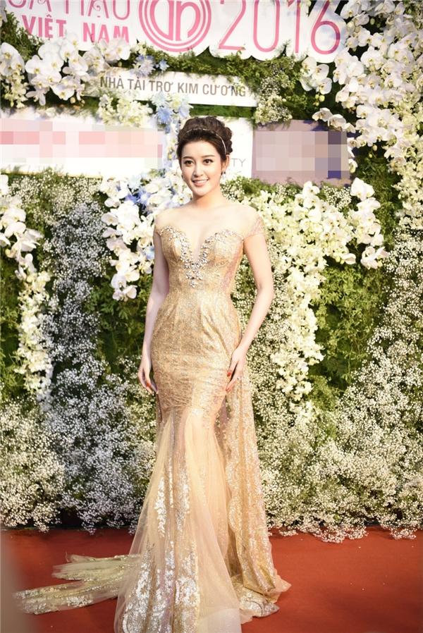 Khác với Angela Phương Trinh, thời trang thảm đỏ của Huyền My lại mang rõ màu sắc cá nhân và ít khi thay đổi. Trong mỗi lần xuất hiện, Á hậu Việt Nam 2014 cuốn hút mọi ánh nhìn với váy xuyên thấu mỏng manh, màu sắc ngọt ngào.