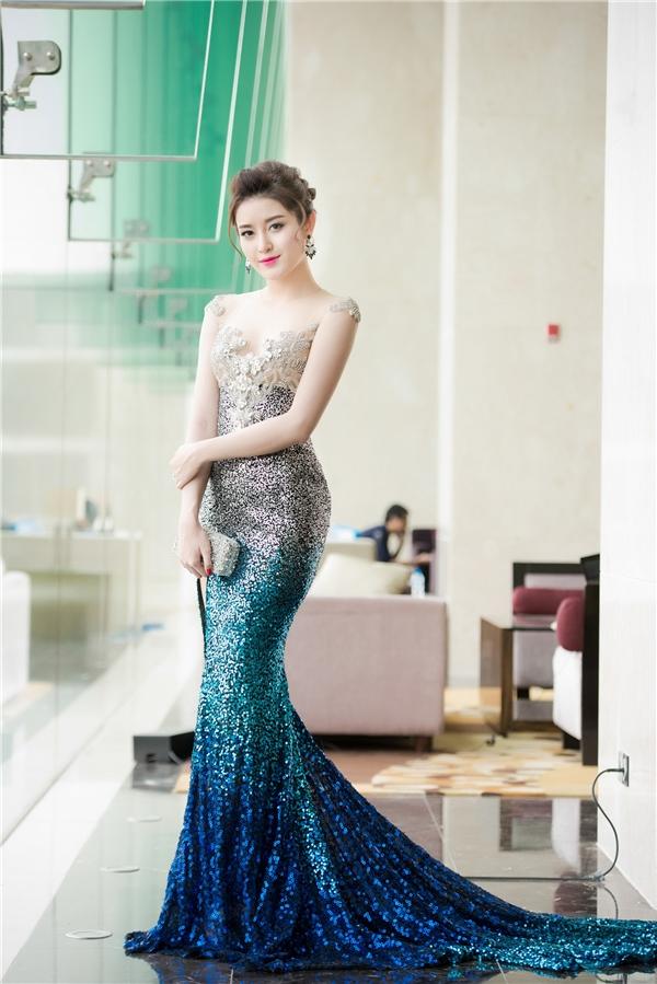 Váy đuôi cá trở thành người bạn thân thiết của Huyền My khi tham gia các sự kiện lớn, nhỏ. Sắc vóc chuẩn mực, chiều cao nổi bật của cô luôn được phô diễn triệt để qua các thiết kế này.