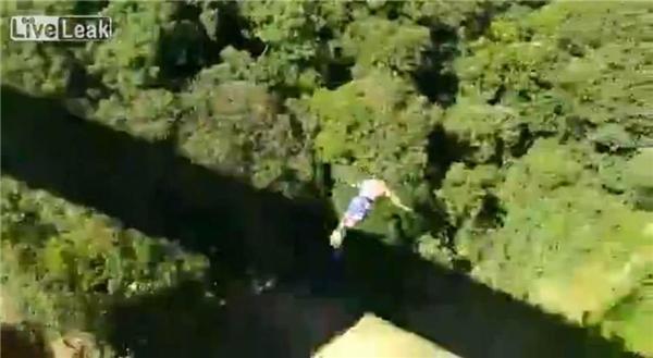 Chồng nhảy bungee, vợ con đau lòng chứng kiến tai nạn kinh hoàng