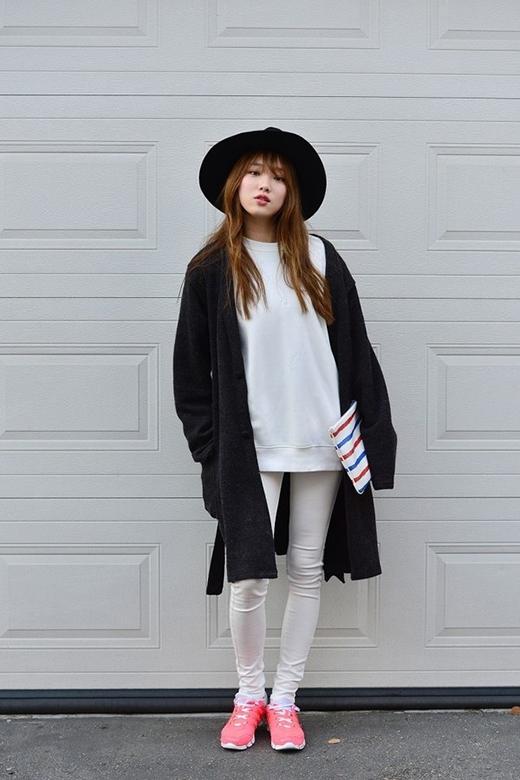 Lee Sung Kyung luôn biết cách làm hài lòng những fan trung thành với phong cách thời trangđơn giản nhưng cực chất bằng các bộ trang phục cá tính.