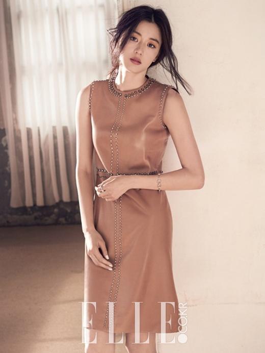 Sang trọng, quý phái nhưng không kém phần tinh tế là phong cách thời trang của nàng tiên cá Sim Chung