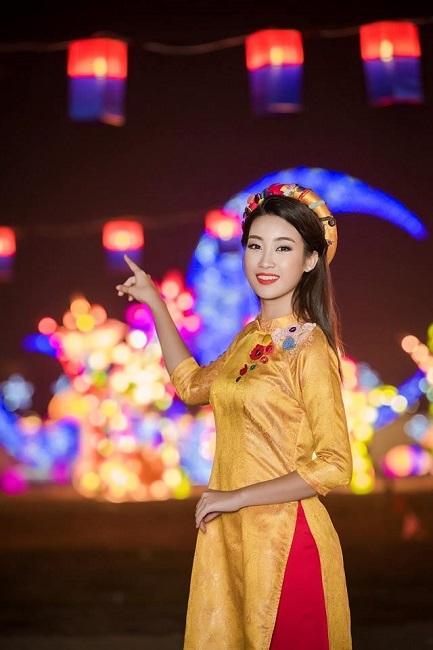 Hoa hậu Đỗ Mỹ Linh như lạc vào cả một khu vườn đèn lồng.