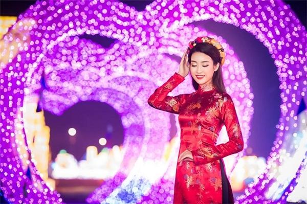 Hoa hậu Đỗ Mỹ Linh có một bức ảnh ấn tượng tại khu vực Love Zone của Lễ Hội Đèn Lồng.