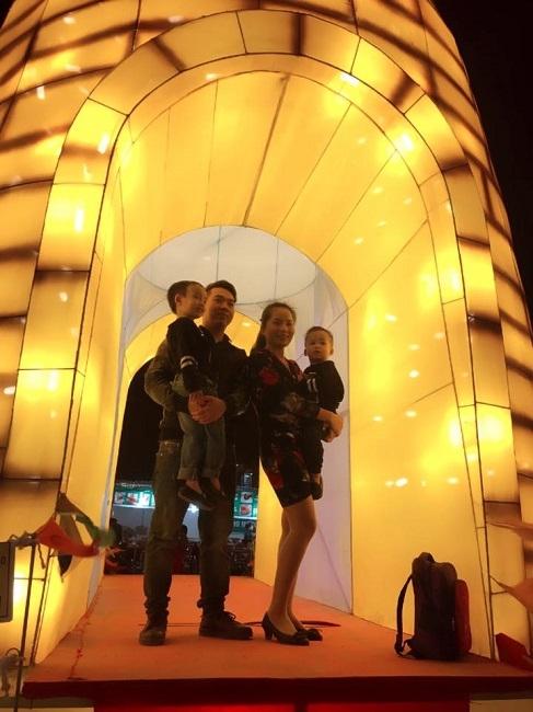 Cả gia đình cũng có thể thỏa thích chụp ảnh cùng nhau bên những chiếc đèn lồng lung linh (facebook bạn Phuong Uyen).