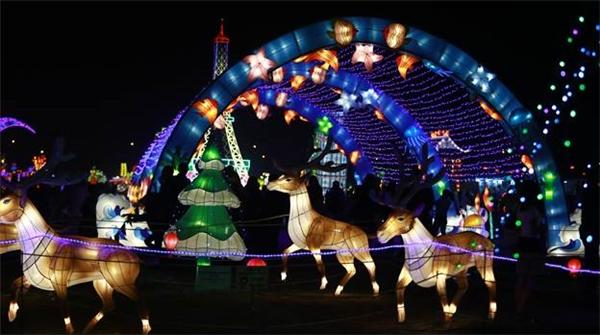"""Giáng sinh cực chất với """"tập đoàn ông già noel"""" tại lễ hội đèn lồng"""