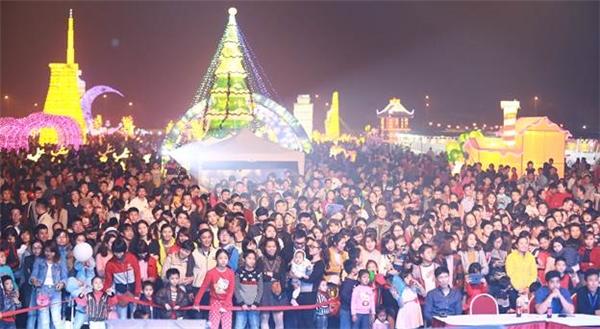 Hàng ngàn lượt khách tham quan đã đến và check-in tại lễ hội.