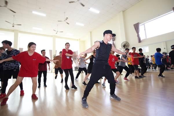 Biên đạo Lâm Vinh Hải luyện tập cùng top 9 vũ đạo.