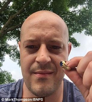 Mark Thompson cùng chiếc nhẫn tiền tỉ.